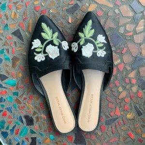 3/$15!! Embroidered Flower Black Pointed Toe Flats